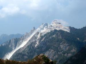 Una cava sulle Alpi Apuane oppure una cittadella dei nani